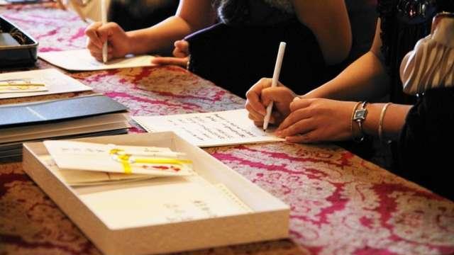 結婚式の受付で記帳するシーン