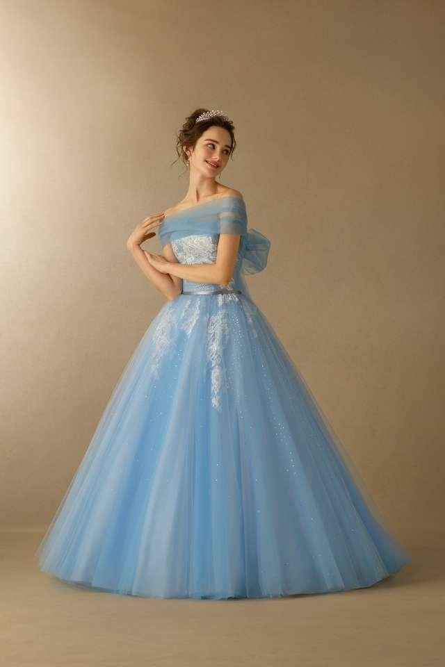 ブルー・トランソンドレス着用モデル
